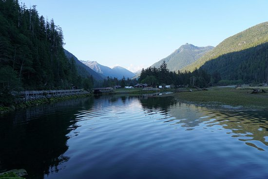 Clayoquot Sound, Canadá: View Across to Cook House Restaurant