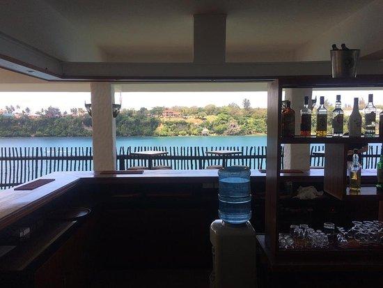 Mnarani Hotel: The bar overlooking the beachside