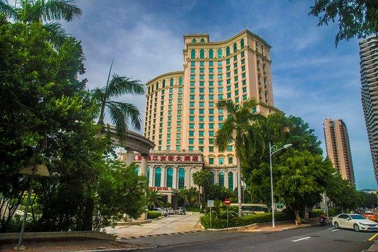 Baohong Hotel: Хороший отель, чистые номера, завтраки хорошие (кухня китайская), номера чистые в номере телевиз