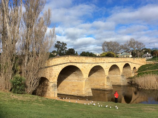 Richmond, Austrália: Take the time to walk under and through the bridge and see the hew marks from the convict tools.