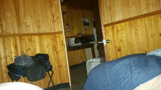 Toad River, Kanada: Older type  cabin,  but clean and roomy... With  full  kitchen!