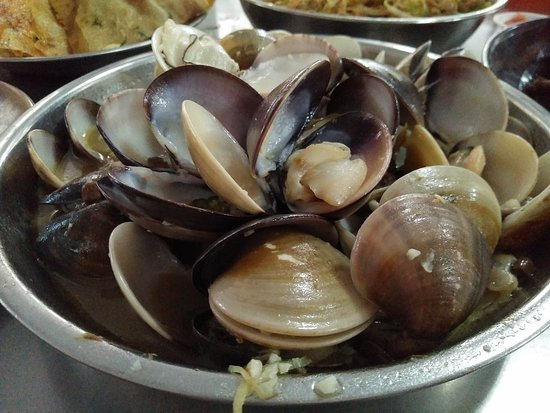 Butterworth, Malezja: lala clams with chopped garlic in savoury broth