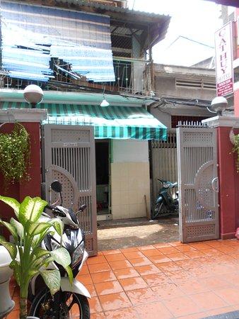Cat Huy Hotel: Patio de entrada al hotel