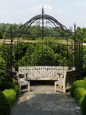 Bourton-on-the-Hill, UK: Arbour at the front of the house