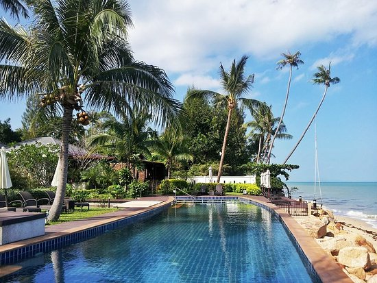 Lotus Samui: 25m resort pool is located right next to the beach.