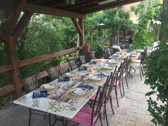Monteveglio, Itália: Il portico esterno