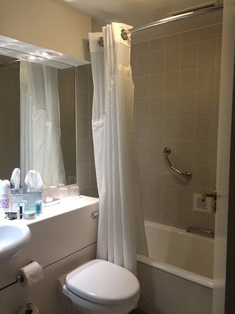 Hayes, UK: well maintained bathroom with a tub!