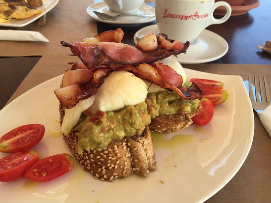 Yialos, Grecia: Avo eggs and bacon - best breakfast of the trip