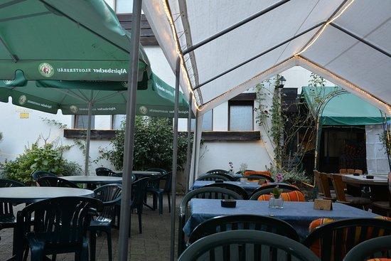Weisenbach, Alemania: Im Biergarten gut beschirmt