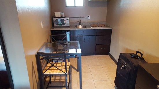 Alura Inn: Kitchen area