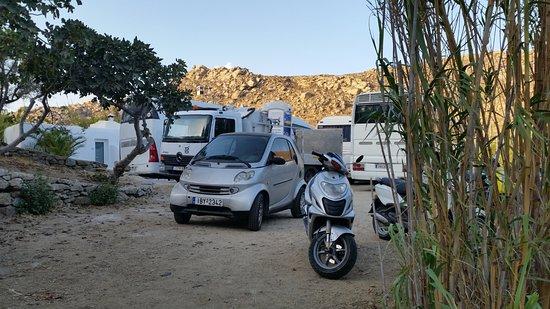 Paradise Beach Resort and Camping: Parcheggio da attraversare per andare in bagno