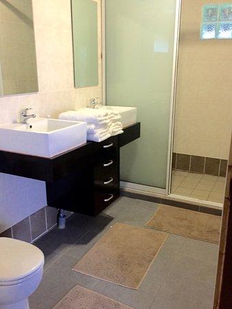 Teahupoo, Frans-Polynesië: La salle de bain super spacieuse