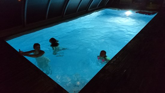 Montmajor, Spain: la piscine de nuit