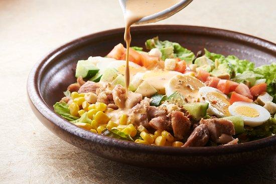 Takatsuki, Japón: グリルチキンのコブサラダ