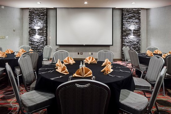 Coralville, IA: Twelve01 Restaurant Room Setup