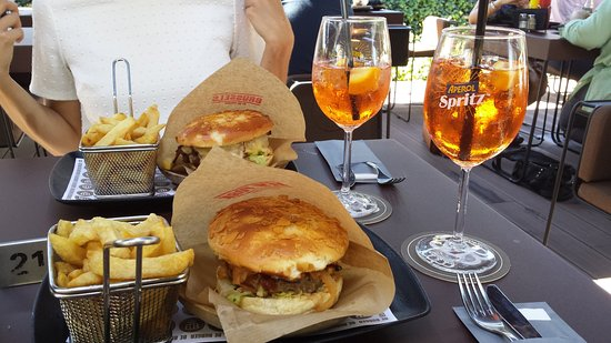 Zaventem, Belgium: We took an Aperol Spritz and as burgers ; New York and Be Brussels. € 43.5 for the two of us ! N