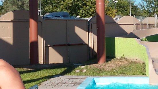 Aquafollie : Uscita d'emergenza lato opposto all'ingresso, non segnalata e bloccata da camper