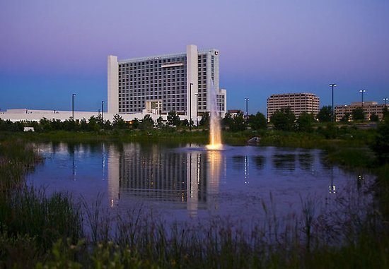 Renaissance Schaumburg Convention Center Hotel: Exterior – Pond View