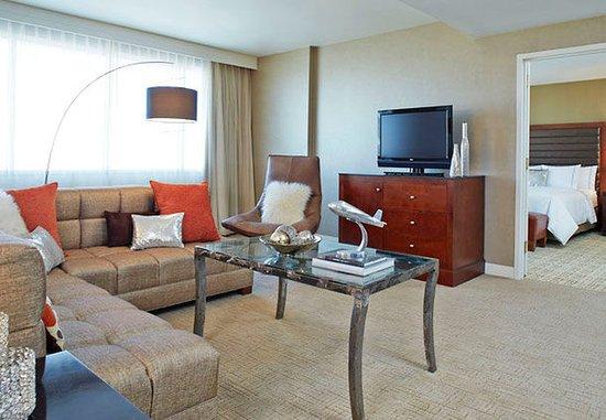 Berkeley, MO: Presidential Suite – Living Area
