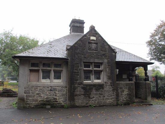 Malahide, Ierland: заброшенная сторожка на въезде в замок