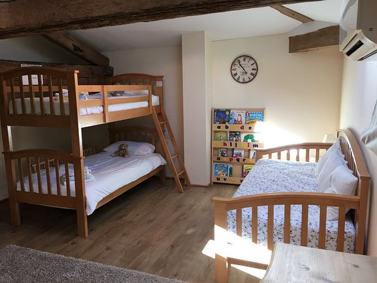 Les Leves-et-Thoumeyragues, Frankreich: Family room - bunks and single bed