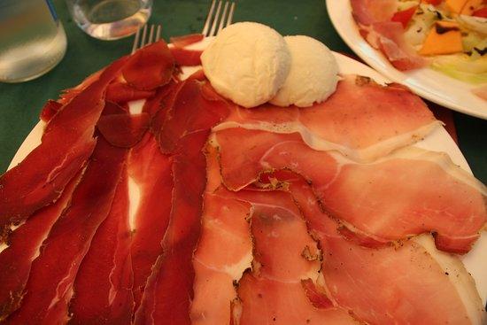 Montefollonico, Italia: prosciutto di cinghiale & fumatto con mozarella