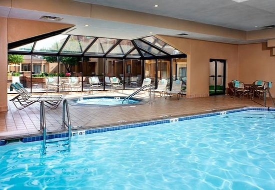 Mendota Heights, MN: Indoor Pool & Hot Tub