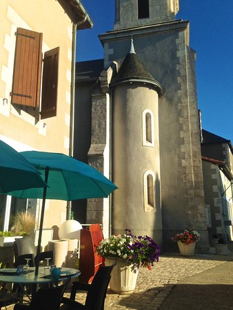 Saint-Romain, Francia: Sitting outside in the summer sunshine