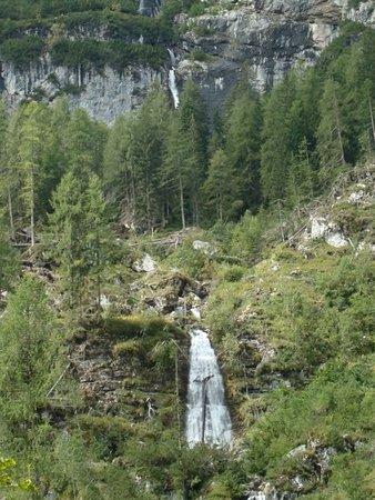 Canale d'Agordo, Ιταλία: Il doppio salto d'acqua visto dalla conca di Gares