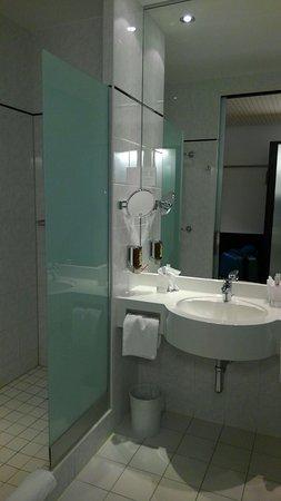 Kloten, Sveits: シャワールーム横の洗面台