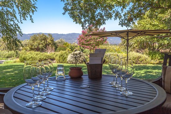 Rutherford, Californien: Porch Table set for wine tasting.