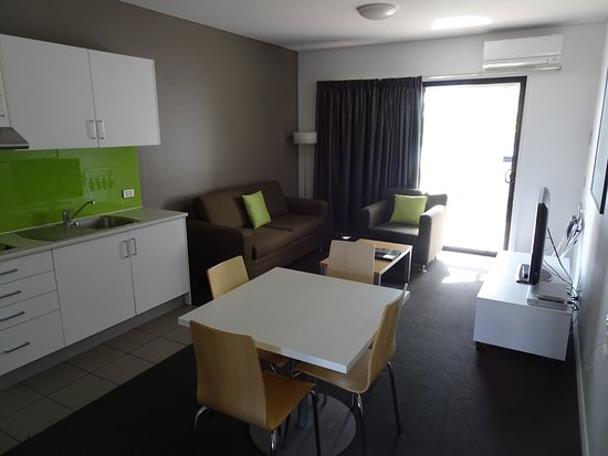 Port Augusta, Australia: The main part of the apartment with kitchenette