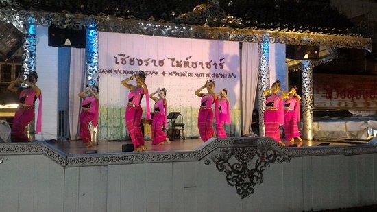 Chiang Rai Night Bazaar : Bailes regionales