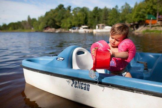 Ely, Μινεσότα: Emerson enjoying the paddle boats provided.