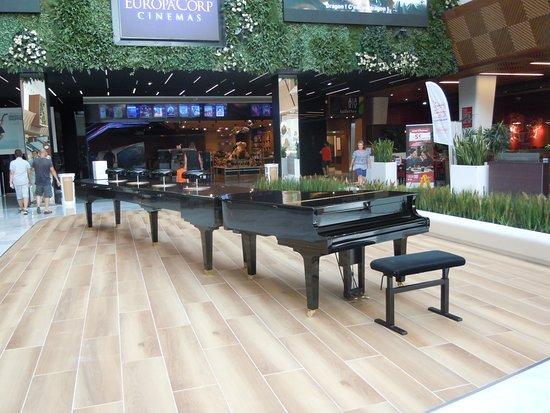 Tremblay-En-France, Francia: Le piano à rallonges... devant le cinéma