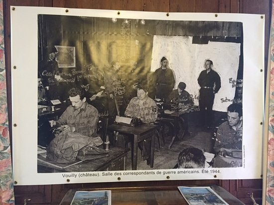 Vouilly, Frankrike: Enlarged photo of the American Army Press staff back in 1945 proudly displayed in the dining roo