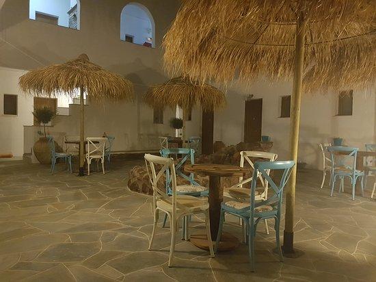Platis Yialos, Yunanistan: ΕΣΩΤΕΡΙΚΗ ΑΥΛΗ