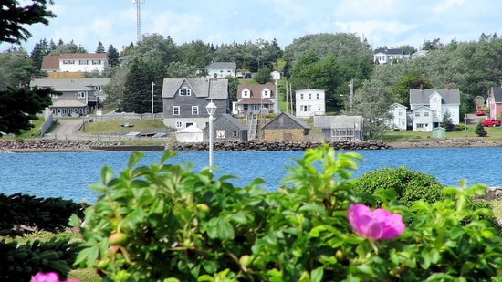 Arichat, Kanada: view of the buildings from across the bay