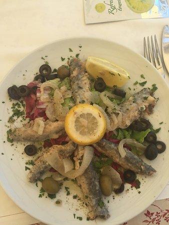 Rogoznica, Croácia: Scampi, frittura calamari, alici in saor