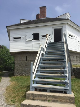 Kittery, ME: You can climb up, get the views from inside and find other spots to explore from the actual Fort