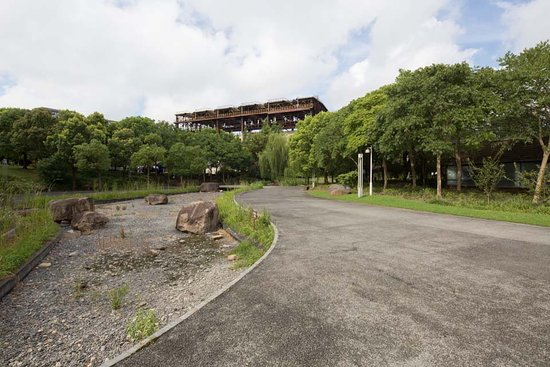 Shanghai World Expo Museum: river is dry up, purely a park for old folks.