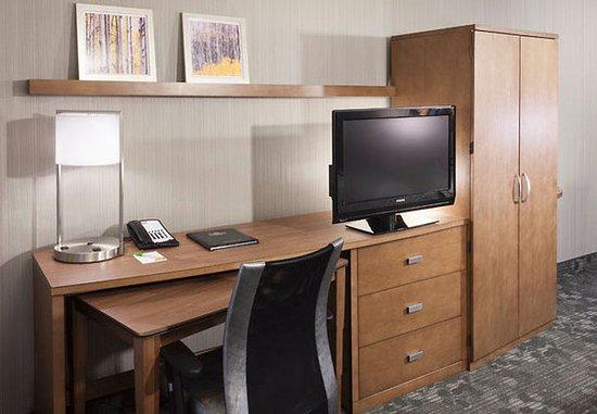 Cypress, CA: Suite Work Desk