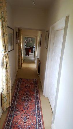 Coach House B&B: Corridor leading to the 'green' room