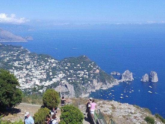 Mount Solaro: Veduta Capri e Faraglioni da Monte Solaro....