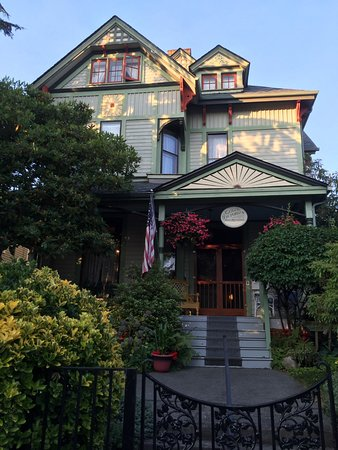 Geiger Victorian Bed & Breakfast: Front of B&B