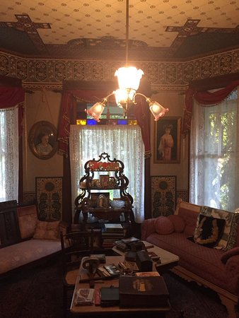 Geiger Victorian Bed & Breakfast: Main Parlor