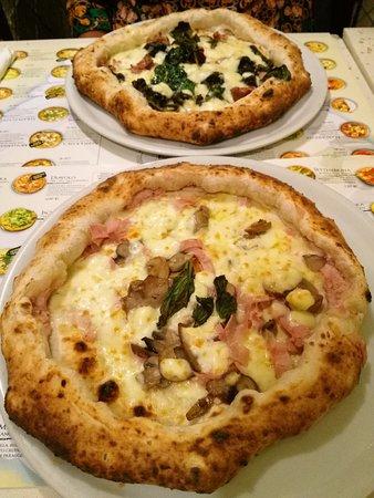 Antica Pizzeria dell'Angelo: Pizza montanara e pizza aristocratica.
