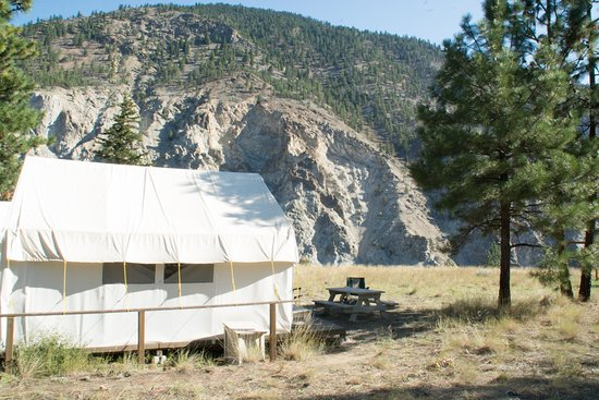 Lytton, Canada: Tent-cabin and its pic-nic table