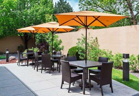 Lakewood, CO: Outdoor Courtyard