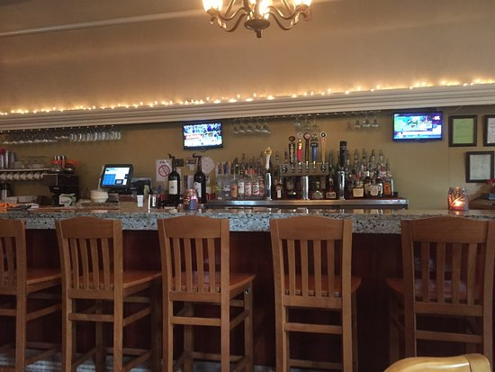 Cazenovia, NY: roomy bar area
